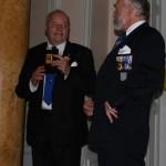 Ordf i Sveriges Militära Kamratföreningars Riksförbund (SMKR) Sune Birke överlämnar till jubilerande FFjS SMKR:s plakett i guld. Thor-Lennart Loo tar emot