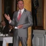 Tjf. C Fältjägargruppen övlt Kristian Bouveng håller tal till FFjS
