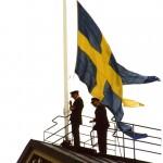 Den 30 juni 2006 kl. 15.00 halas flaggan på kanslihuset för sista gången av Peter Wilhelmsson och Åke Nilsson för att överlämnas till Fältjägargruppen. Foto Christer Borgsten.