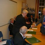 Avgående styrelsemedlemmen Volker Kretschmer avtackas av ordföranden Thor-Lennart Loo och erhåller Fältjägarstatyetten
