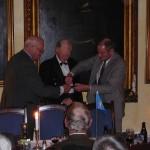 Efter ordf Thor-Lennart Loos tal erhåller Erland Charlesworth Försvarsmaktens medalj i Guld för reservofficerare efter 40 års tjänst. Chefen Fältjägargruppen övlt Sven Mattsson biträder