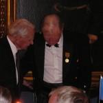 Sture Fornwall tidigare regementschef på I 5 och en av medaljörens många chefer gratulerar