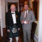 En stolt och lycklig medaljör med chefen Fältjägargruppen övlt Sven Mattsson