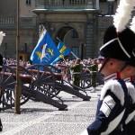 Fältjägargruppens fana och medlemmar ur Arméns trumkår i förgrunden
