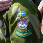 En soldat i högvaktsstyrkan visar stolt upp sina märken på vänster överärm