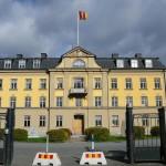 Kanslihuset med FFABflaggan (Fältjägarfastiheter AB). Foto: 2006-09-24
