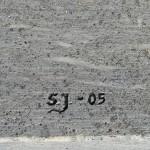 Minnesten avtäckt vid nedläggningscermonin 2005-06-17. Konstnärens signatur. Foto: 2006-06-17